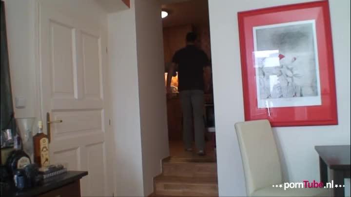 Vrouw filmt haar man met de oppas