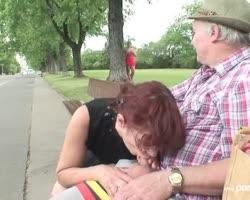 Het 19-jarige sletje raakt opgewonden als ze een bejaard stel in het park ziet neuken.