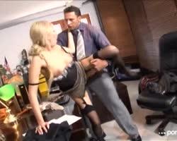 Hij neukt zijn secretaresse op zijn bureau