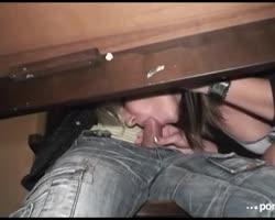 Midden in een volle kroeg geeft het blondje haar vriend een blowjob onder de tafel.